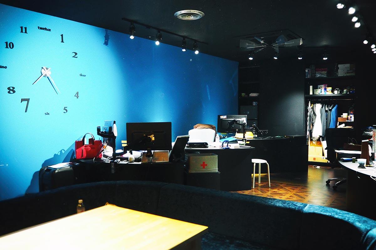 壁が青色の内装部屋