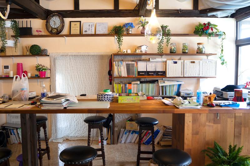イロタス建築工房のオフィスの作業しやすい長机
