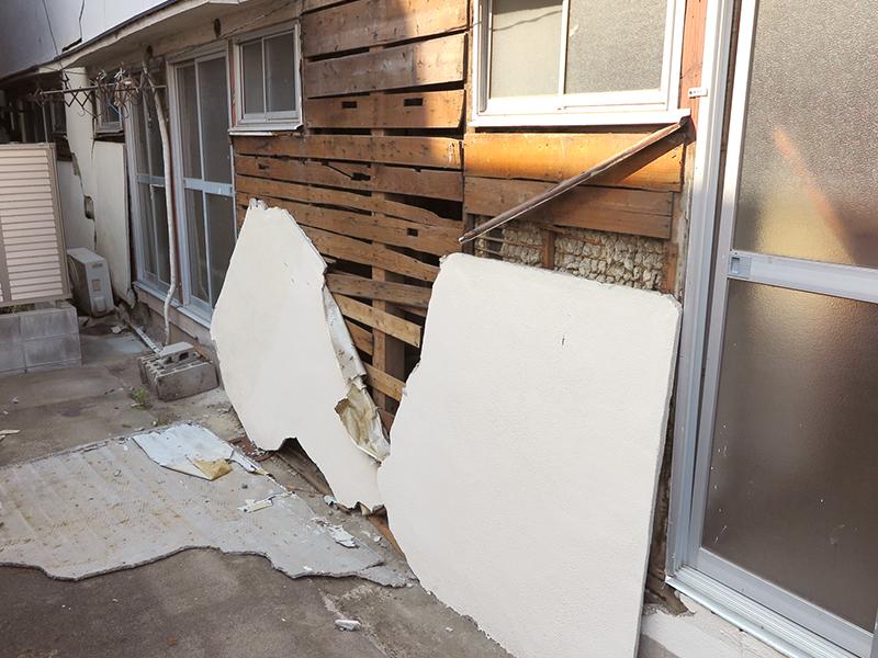 台風21号による被害で壁が壊れた