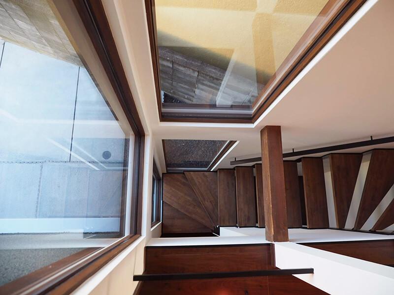 高槻市緑ヶ丘新築施工事例_明るい階段2