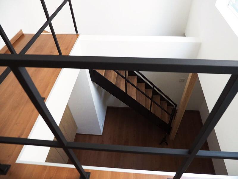 高槻市日吉台の施工事例_2階から覗き込んだリビング