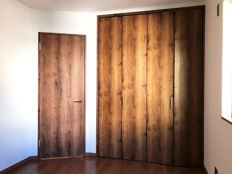 豊中市上野東の部屋の木の扉2