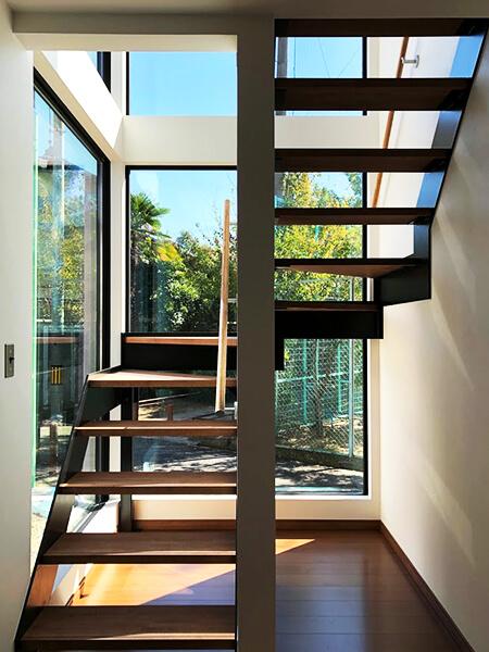 豊中市上野東の新築の階段1