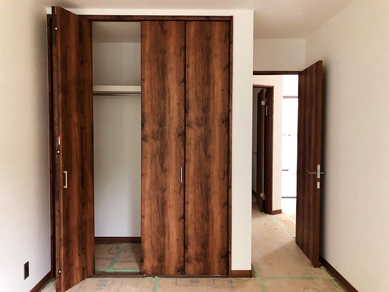 豊中市上野東の部屋の木の扉1