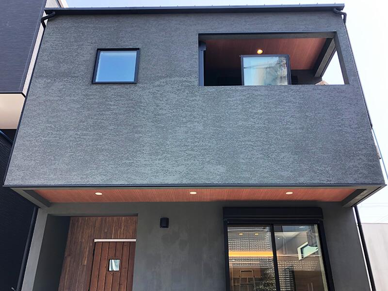 正面から見た家の全体像